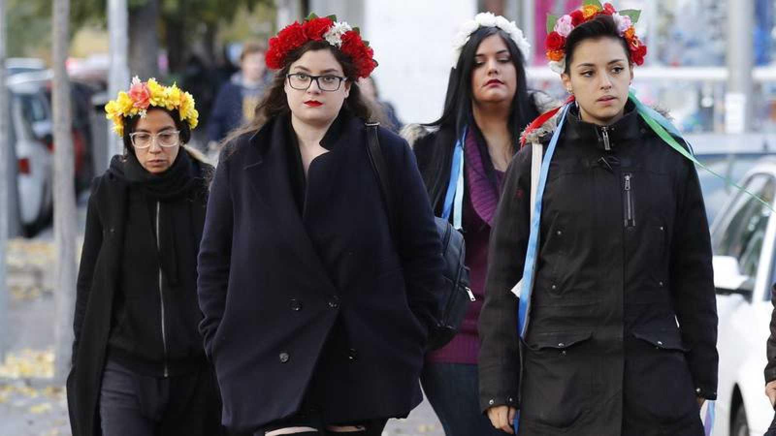 Juzgan a dos activistas de Femen por encadenarse al altar de la Almudena
