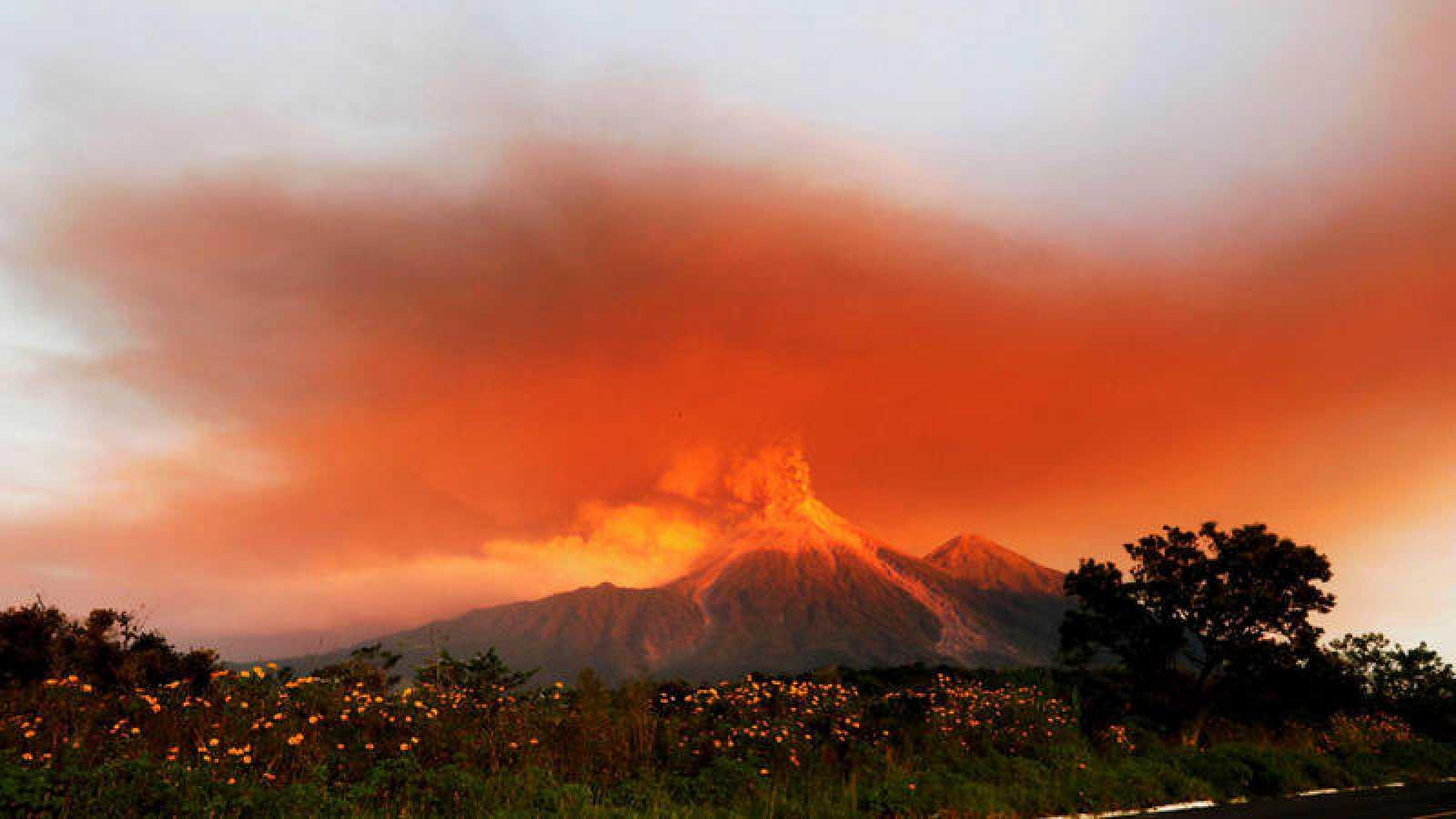 Vista de la erupción del volcán de Fuego al amanecer de este lunes  desde El Rodeo, Escuintla (Guatemala).