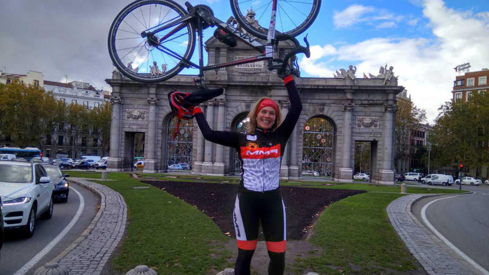 Judith Obaya, en Madrid desde donde partirá en bici hasta Oviedo.