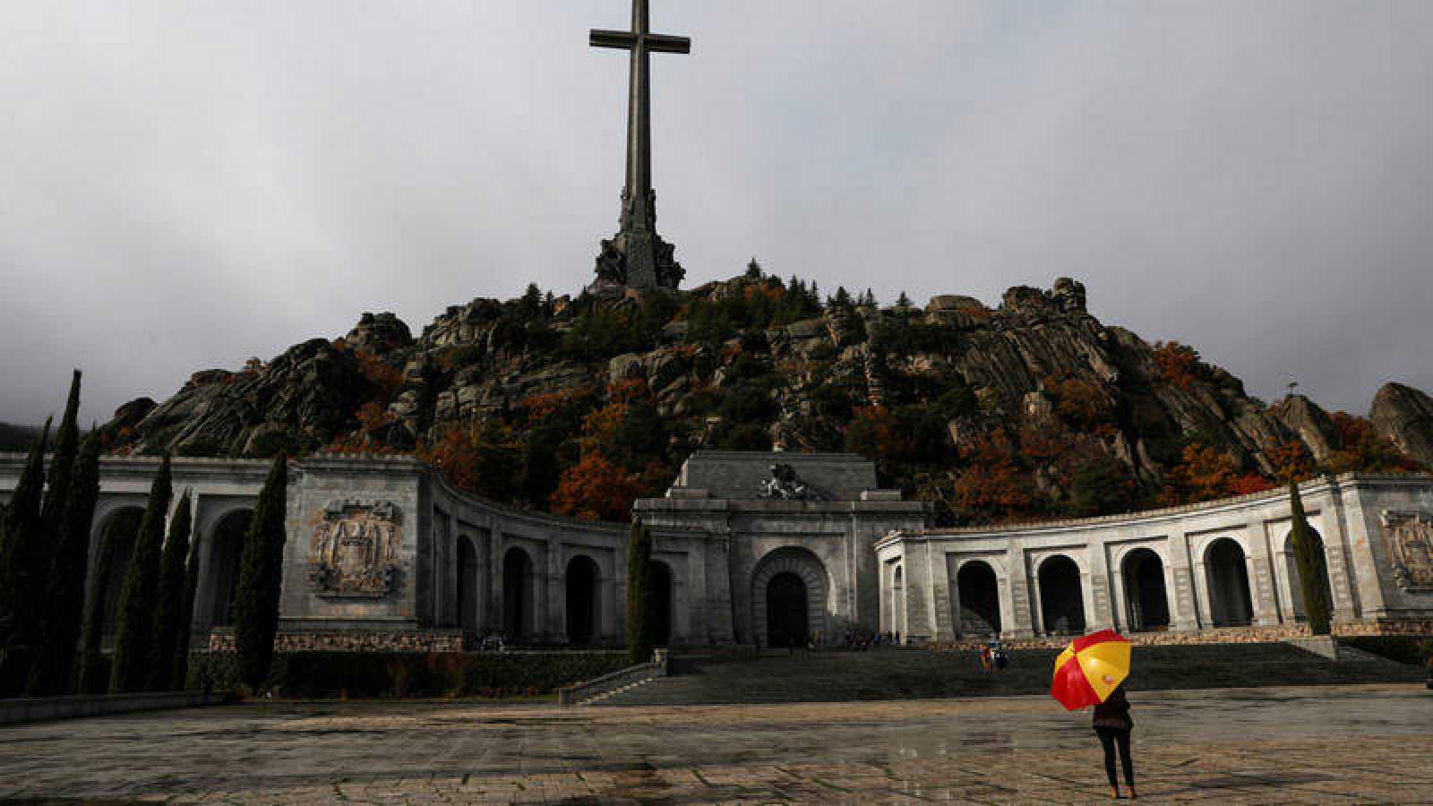 Una mujer observa el Valle de los Caídos