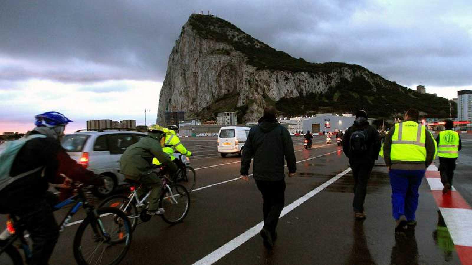 Imagen de españoles cruzando la frontera con Gibraltar cada día para acudir a su puesto de trabajo