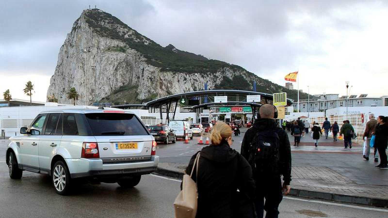 Trabajadores españoles cruzan la frontera en Gibraltar