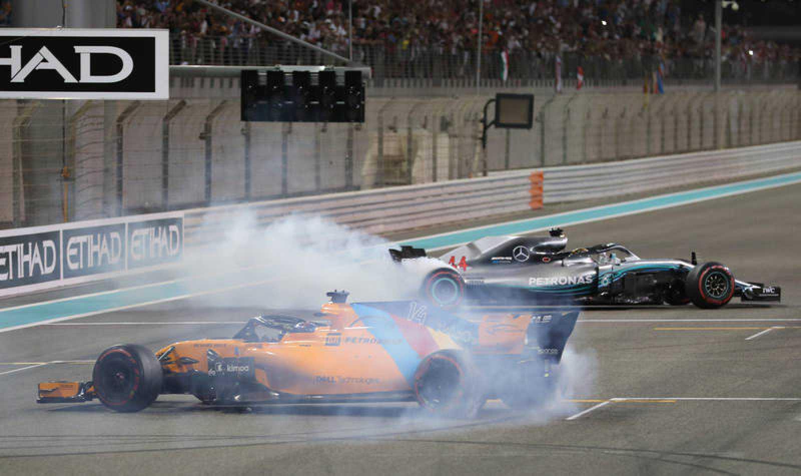 Alonso, en primer plano, y Hamilton, deleitan a la afición con trompos