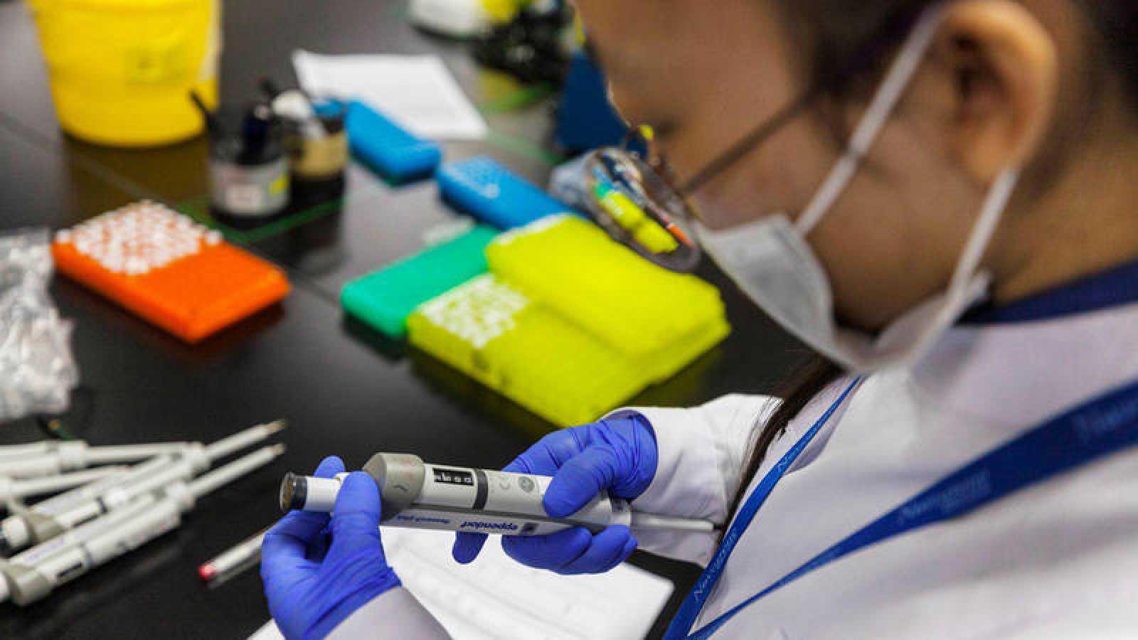 Una científica trabaja en el laboratorio de investigación de ADN para la secuenciación de genes, en Nanjing (China)