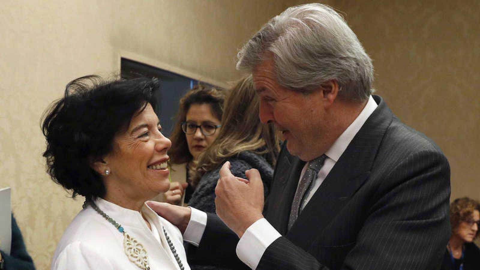 La ministra de Educación, Isabel Celaá, y el exministro Iñigo Méndez de Vigo, durante su comparecencia en el Congreso para presentar el proyecto de reforma de la LOMCE. EFE/J.J.Guillen