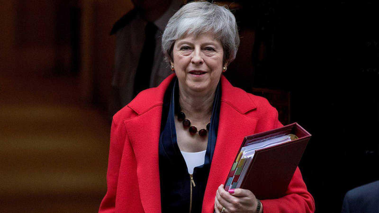 La primera ministra británica, Theresa May, abandona el número 10 de Downing Street para acudir a la sesión de control en el Parlamento en Londres (Reino Unido). EFE/Rick Findler