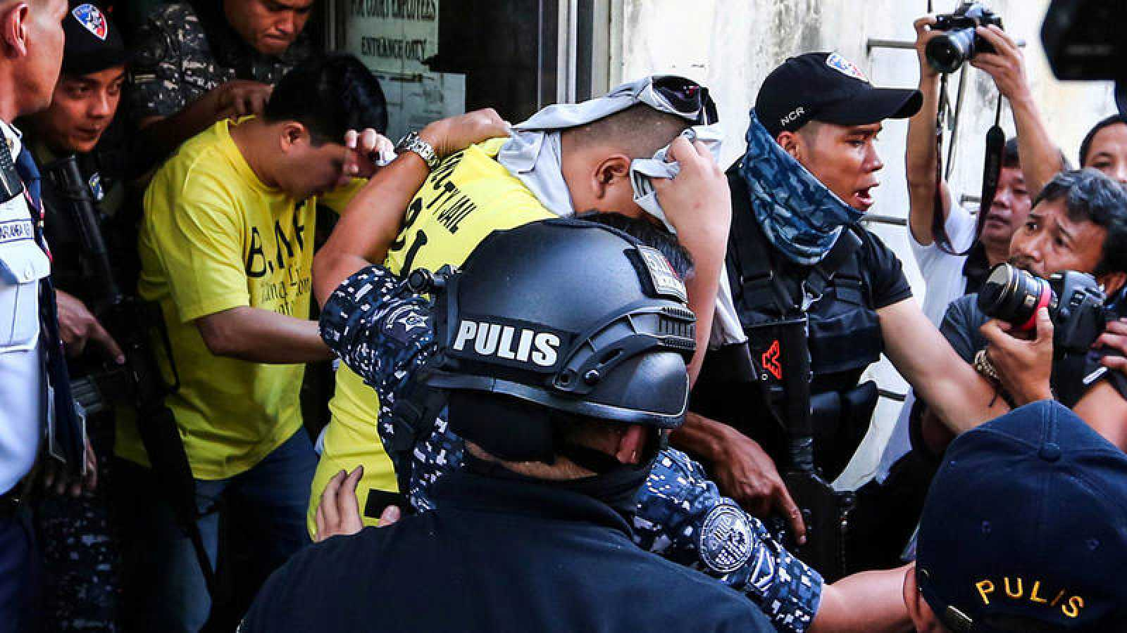 Los policías condenados por la muerte de Kian delos Santos salen escoltados del tribunal en Manila, Filipinas. REUTERS/Maria Tan