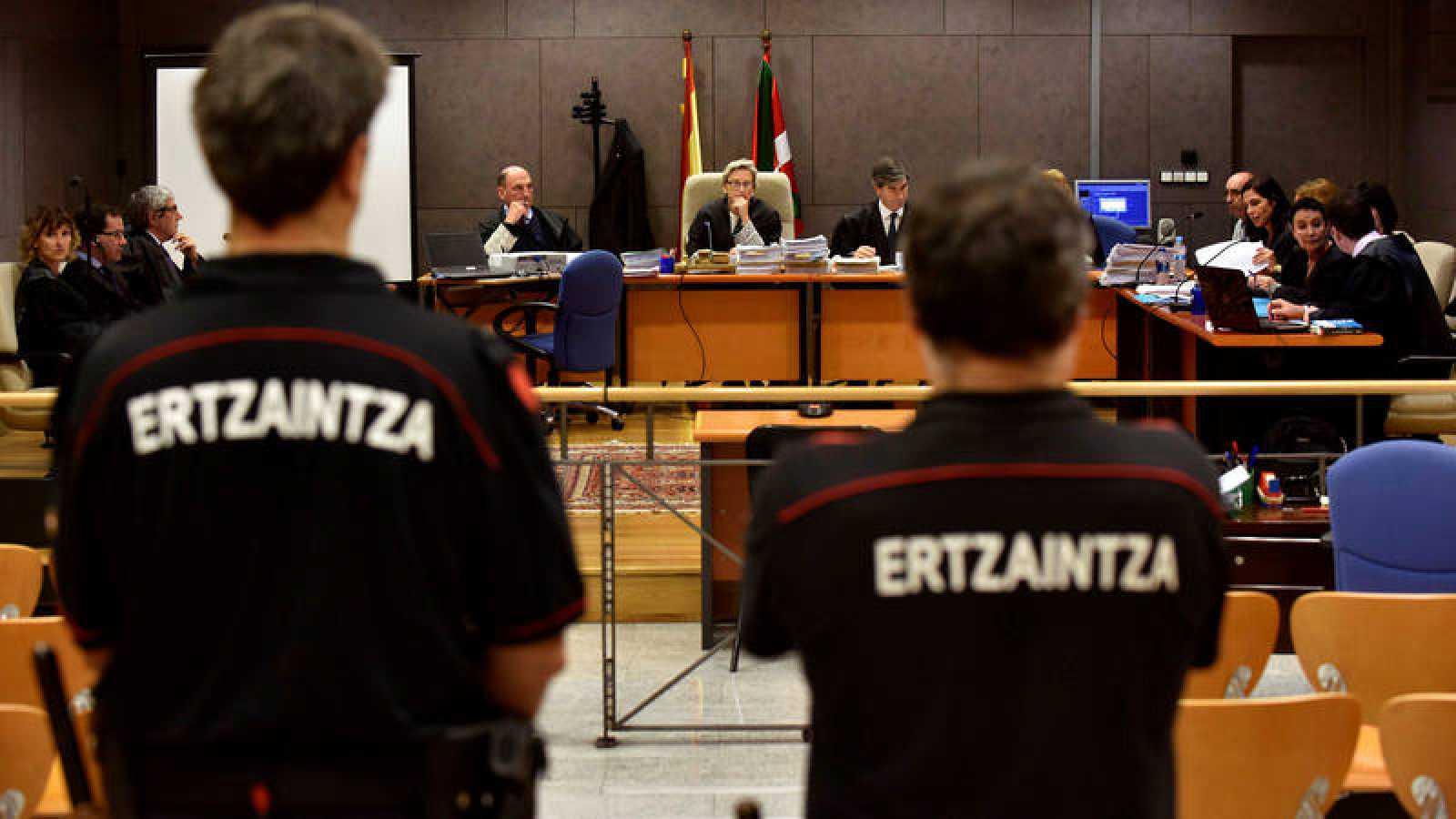 Imagen de la cuarta sesión del juicio contra seis agentes de la Ertzaintza por la muerte de Iñigo Cabacas.
