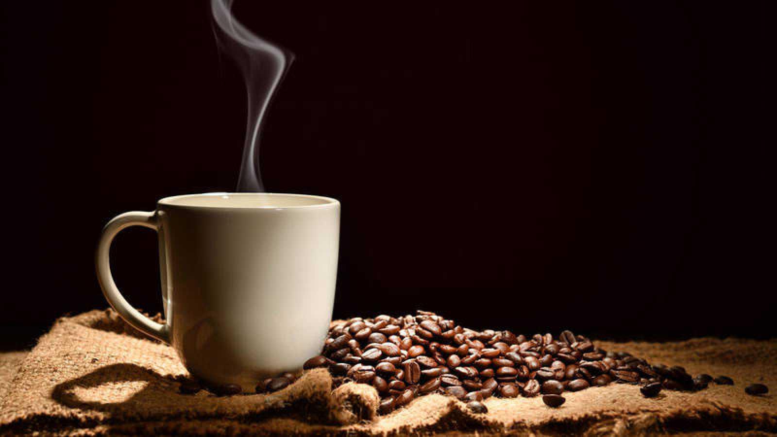 El café es una mezcla compleja de sustancias y entre ellas muchas tienen propiedades antioxidantes y antiinflamatorias.