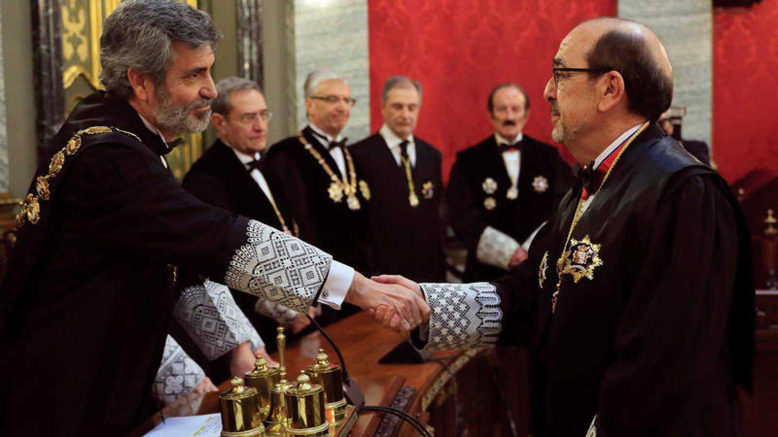 El presidente del CGPJ y del Supremo, Carlos Lesmes (i), felicita al nuevo magistrado de la Sala de lo Contencioso-Administrativo del Tribunal Supremo Javier Borrego Borrego (d), durante el acto de toma de posesión de su cargo. EFE/Fernando Alvarado