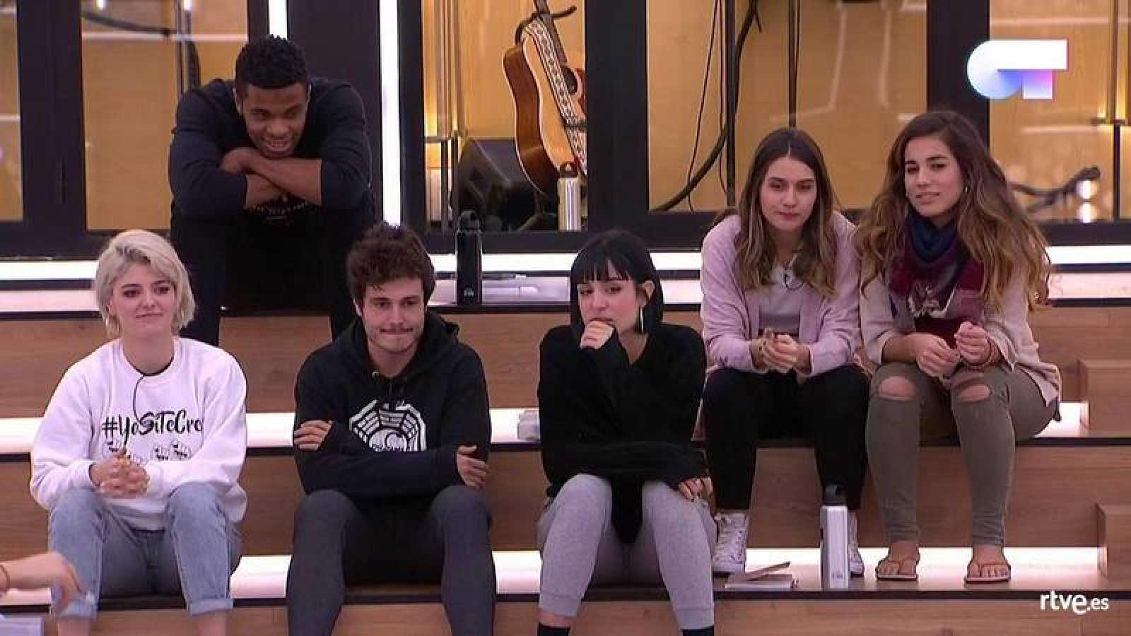 Miki, Sabela, Famous, Natalia, Alba y Julia durante el reparto de temas de la semifinal de 'OT 2018'