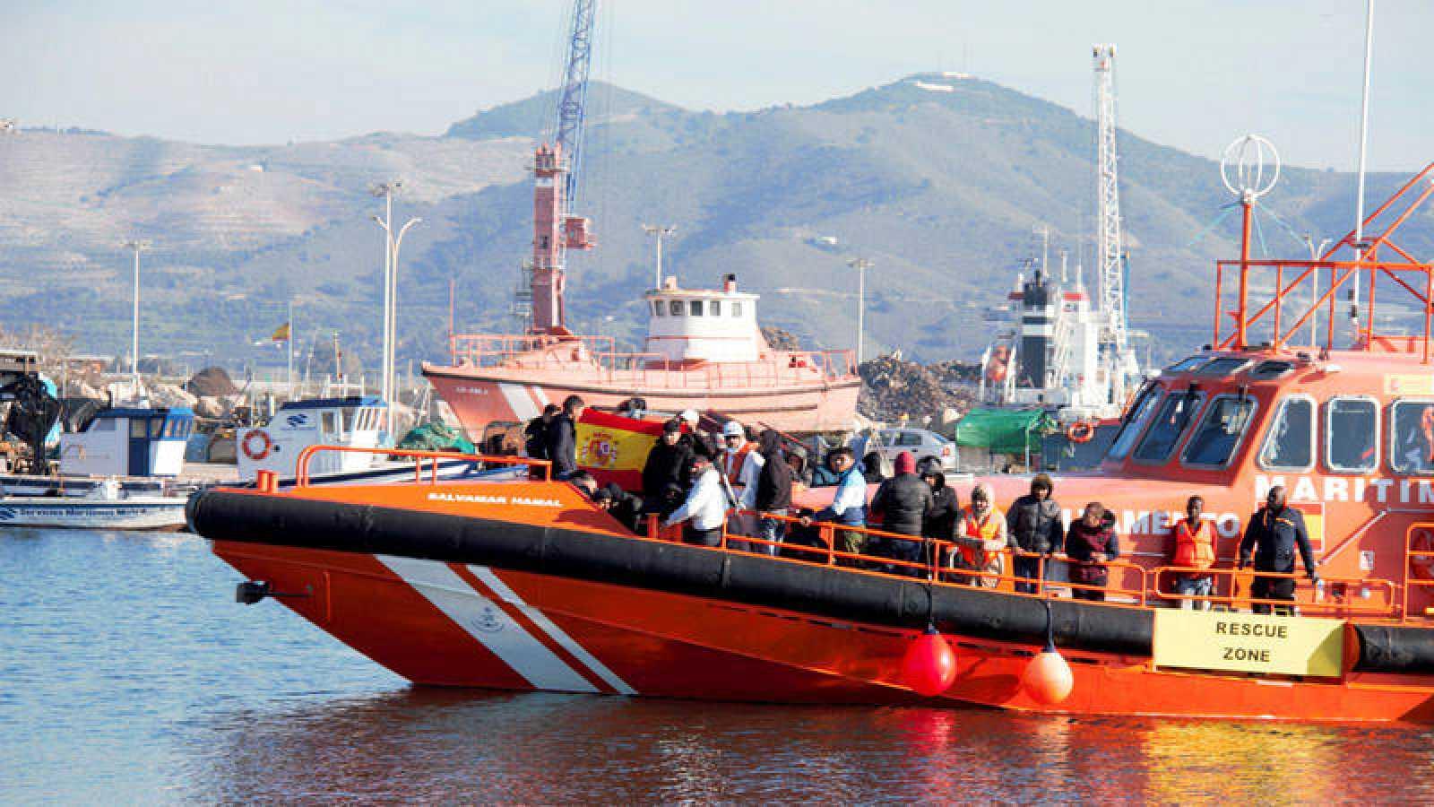 Llegada a Motril de noventa personas de origen subsahariano rescatadas por Salvamento Marítimo en las cercanías de la isla de Alborán