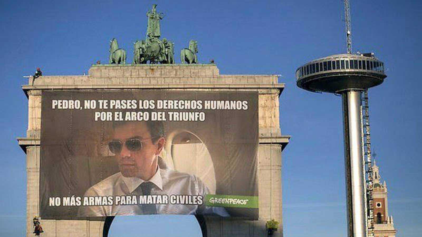 Cartel de Greenpeace en el Arco de la Victoria de Moncloa, en Madrid. EFE/Greenpeace