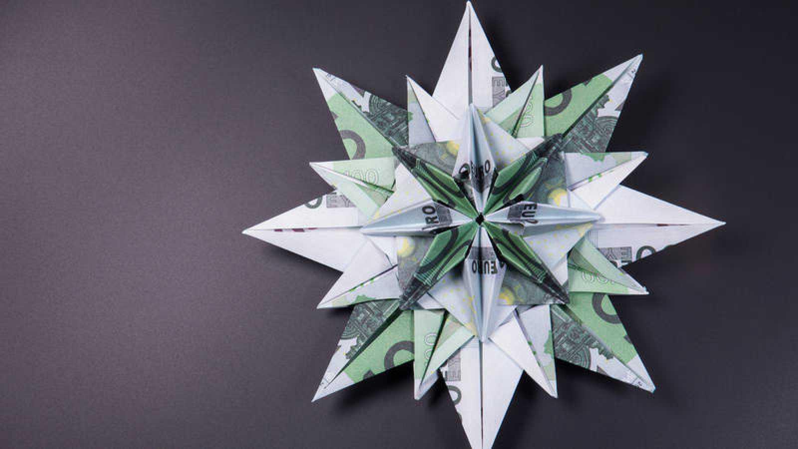 Estrella hecha con billetes de 100 euros