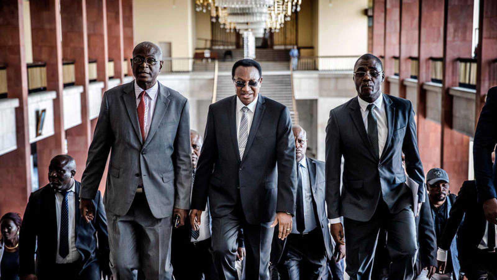 El Primer Ministro de la República Democrática del Congo, Bruno Tshibala (C), llega a una reunión con el Presidente de la Comisión Electoral de la República Democrática del Congo sobre un posible aplazamiento de la votación, en la Asamblea Nacional.