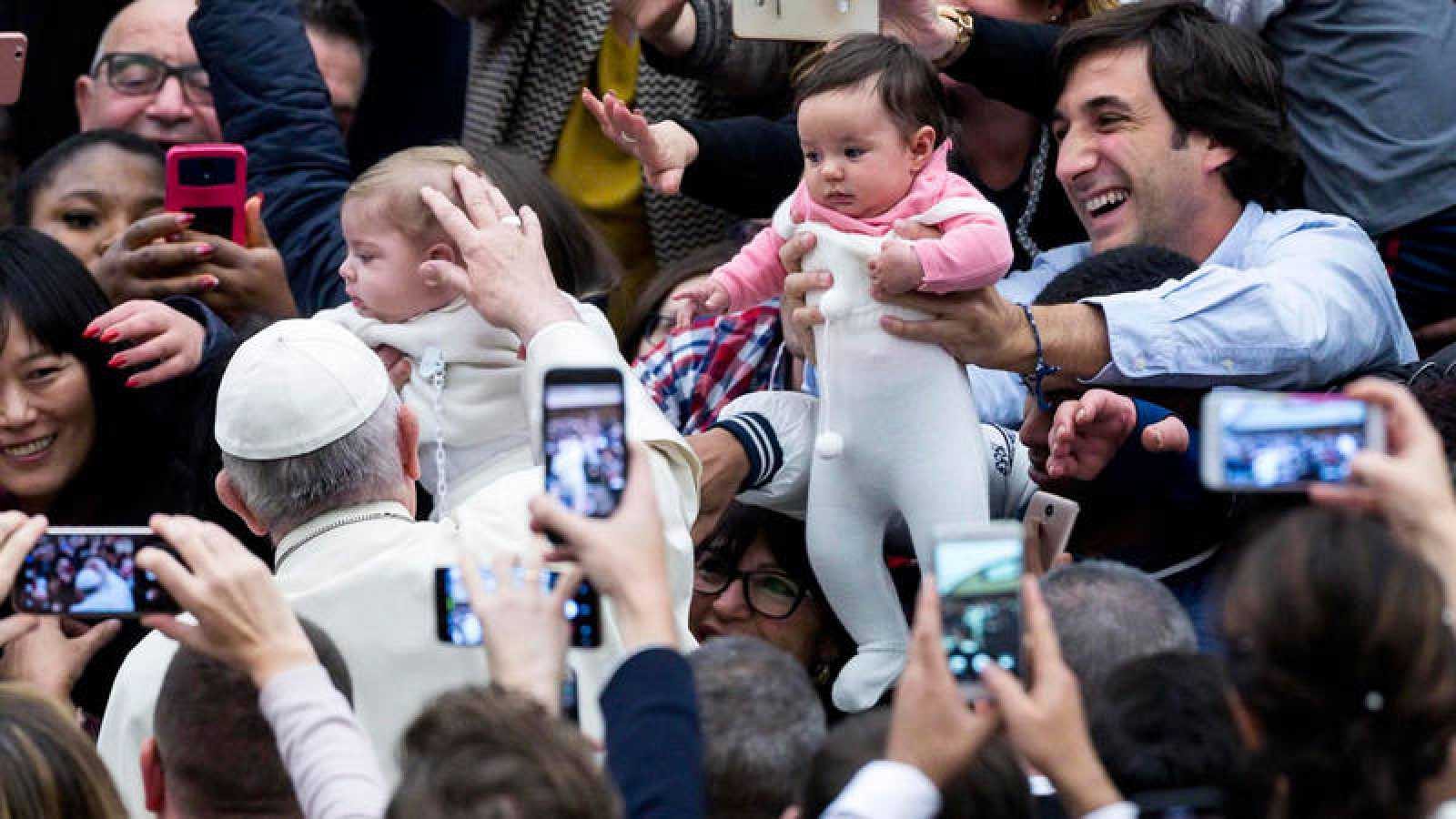 El papa Francisco saluda a niños durante su audiencia general de los miércoles en el Aula Pablo VI en el Vaticano