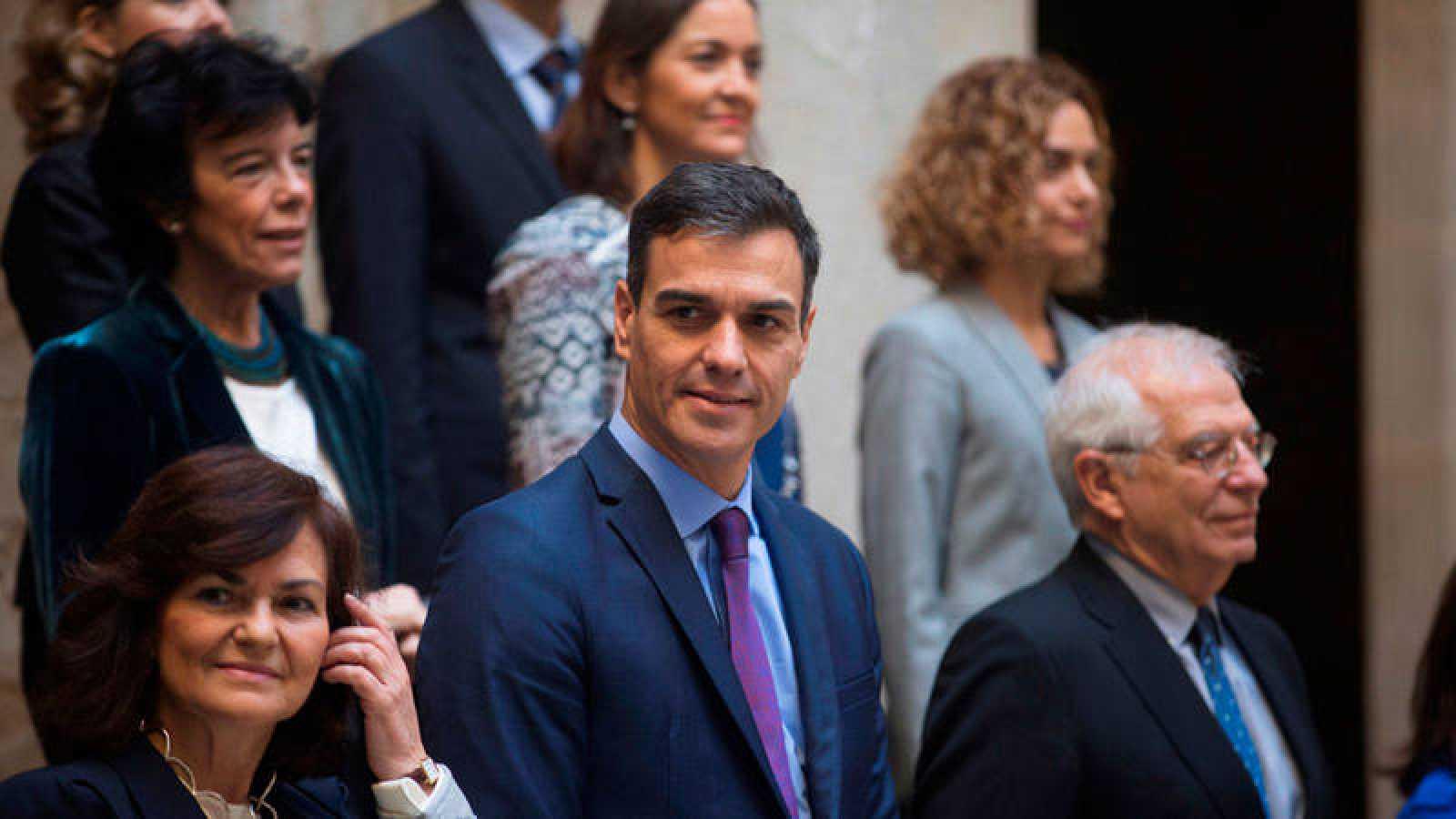 El presidente del Gobierno, Pedro Sánchez, y la vicepresidenta, Carmen Calvo, junto a varios ministros, posan en la foto de familia momentos antes de la reunión del Consejo de Ministros en Barcelona