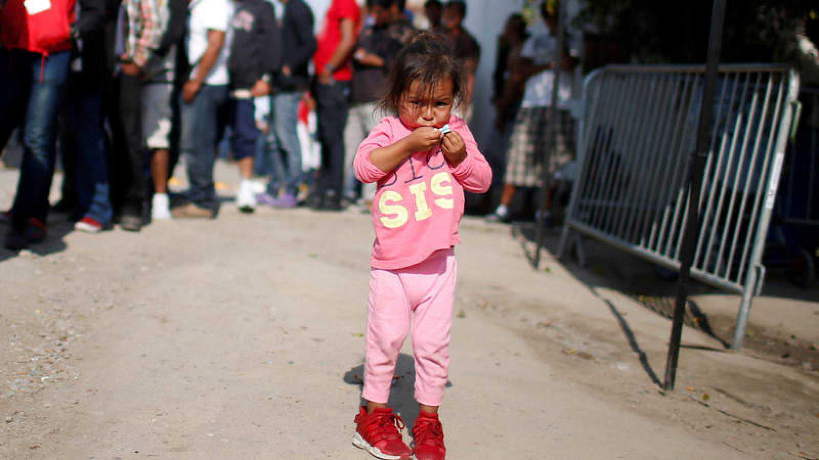 Una niña migrante durante el reparto de comida en Tijuana, México