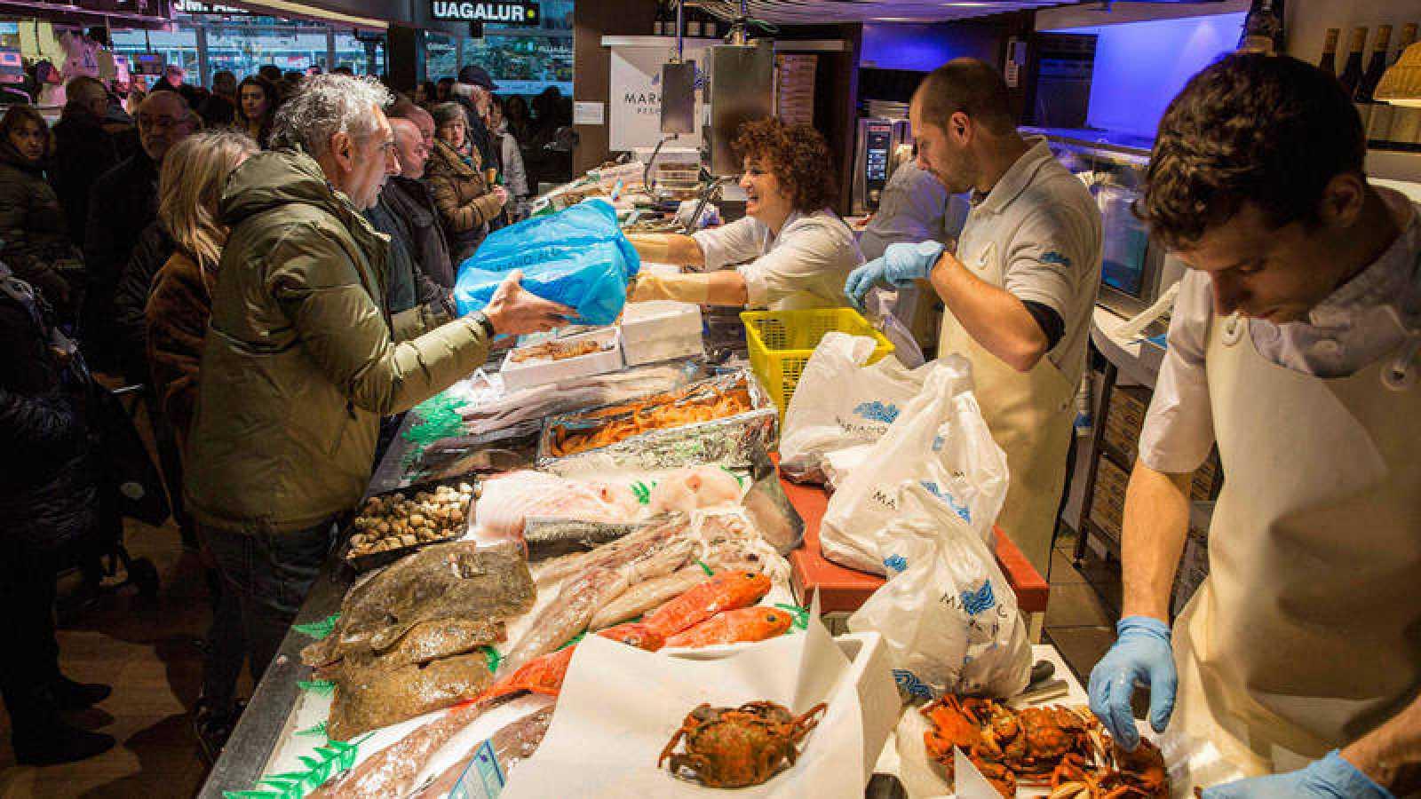 Gente comprando en el mercado de Vitoria