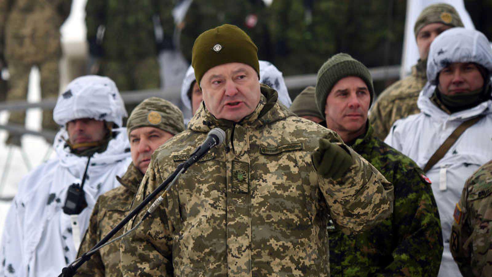 El presidente ucraniano Petró Poroshenko habla a una unidad militar durante unos ejercicios tácticos en Chernihiv