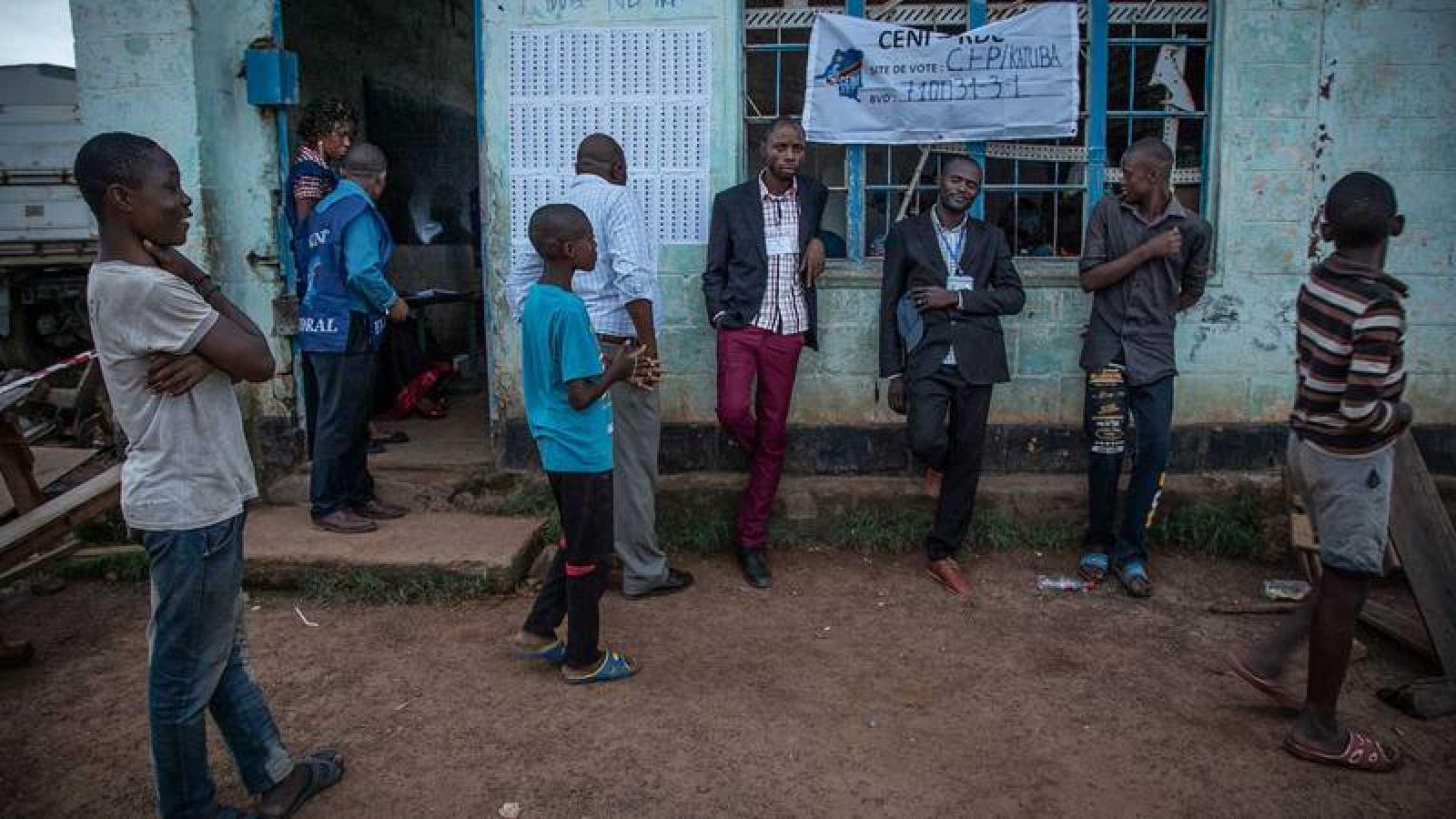 Votantes congoleños en un colegio de Lubumbashi durante los comicios del domingo