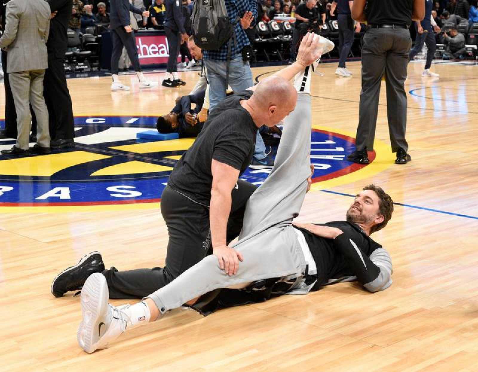 Pau Gasol estirando antes del partido de los San Antonio Spurs. f938892f98c