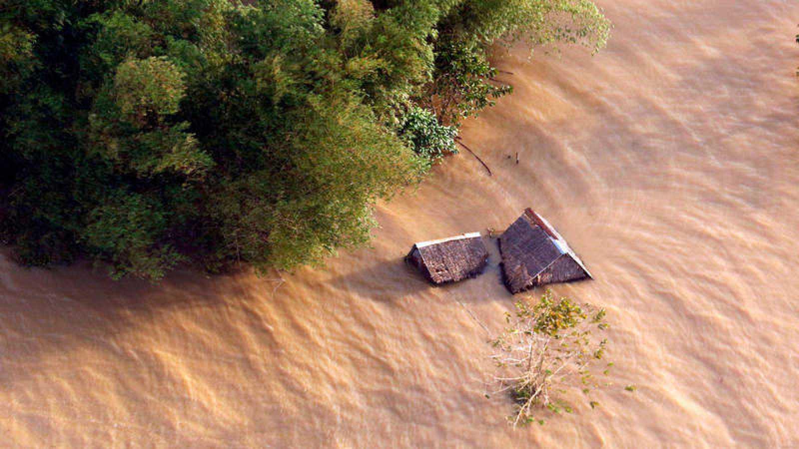 Imagen de viviendas inundadas en Caramines del Sur (Filipinas) por el paso de la tormenta Usman.