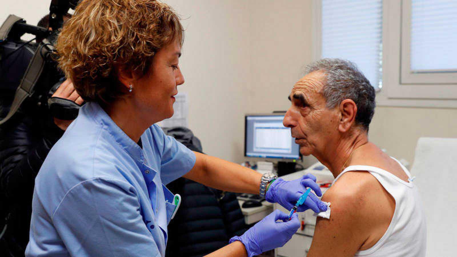 Un hombre, perteneciente a un grupo de riesgo (mayores de 65 años) se vacuna contra la gripe en el mes de septiembre