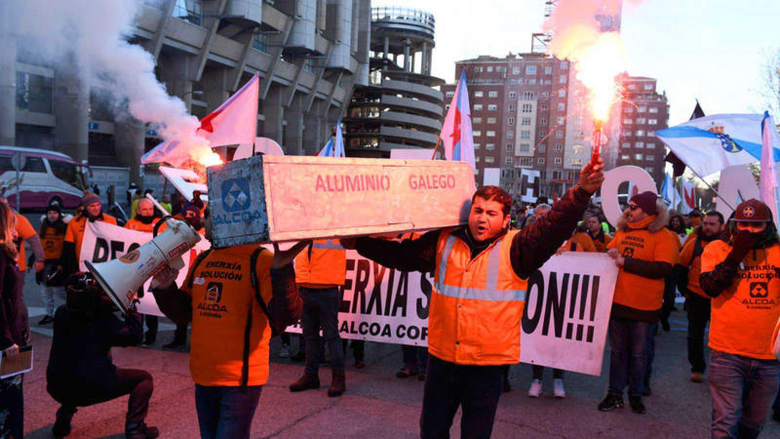 Trabajadores de Alcoa de Avilés y A Coruña durante la manifestación protagonizada este martes
