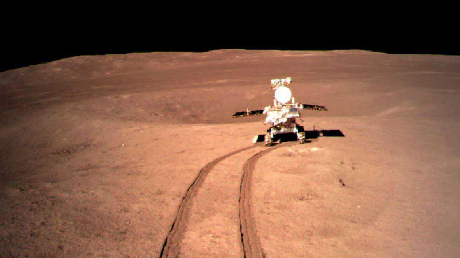Fotografía tomada por el Chang'e-4, que muestra el rover Yutu-2 en la cara oculta de la Luna.
