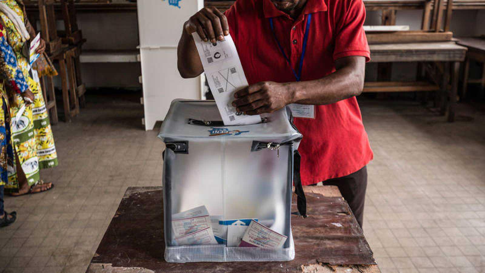 Un hombre introduce su voto en un colegio electoral de Kinshasa (República Democrática del Congo) el pasado 30 de diciembre.