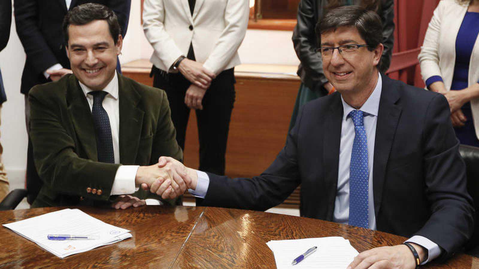 Los presidentes del PP y Ciudadanos en Andalucía, Juanma Moreno y Juan Marín en el momento de la firma del pacto de Gobierno (foto archivo)