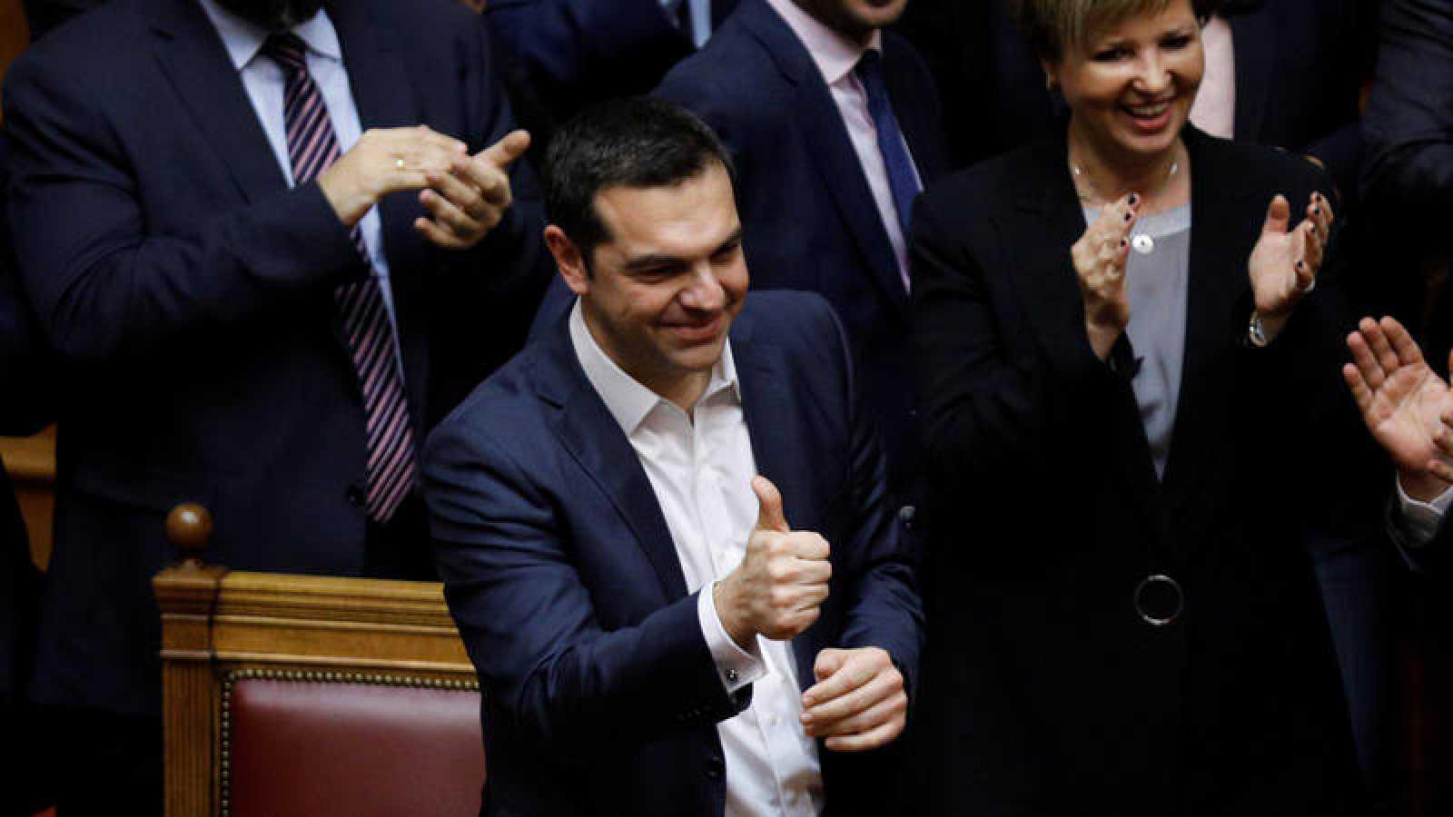 El primer ministro griego Alexis Tsipras hace la señal de victoria tras superar la moción de censura