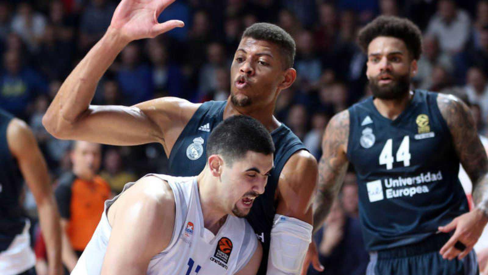 Goga Bitadze, del Buducnost, ante la presión de Walter Tavares, del Madrid.