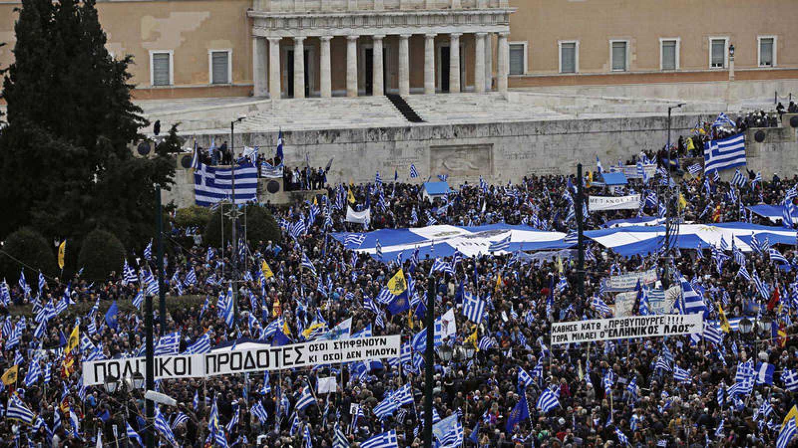 Manifestantes griegos protestan en Atenas contra el acuerdo de su gobierno y Macedonia que se llamará Macedonia del Norte