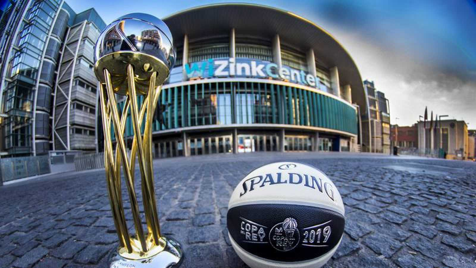 El trofeo de la Copa, en primer término, con el balón oficial y el Wizink Center de fondo.