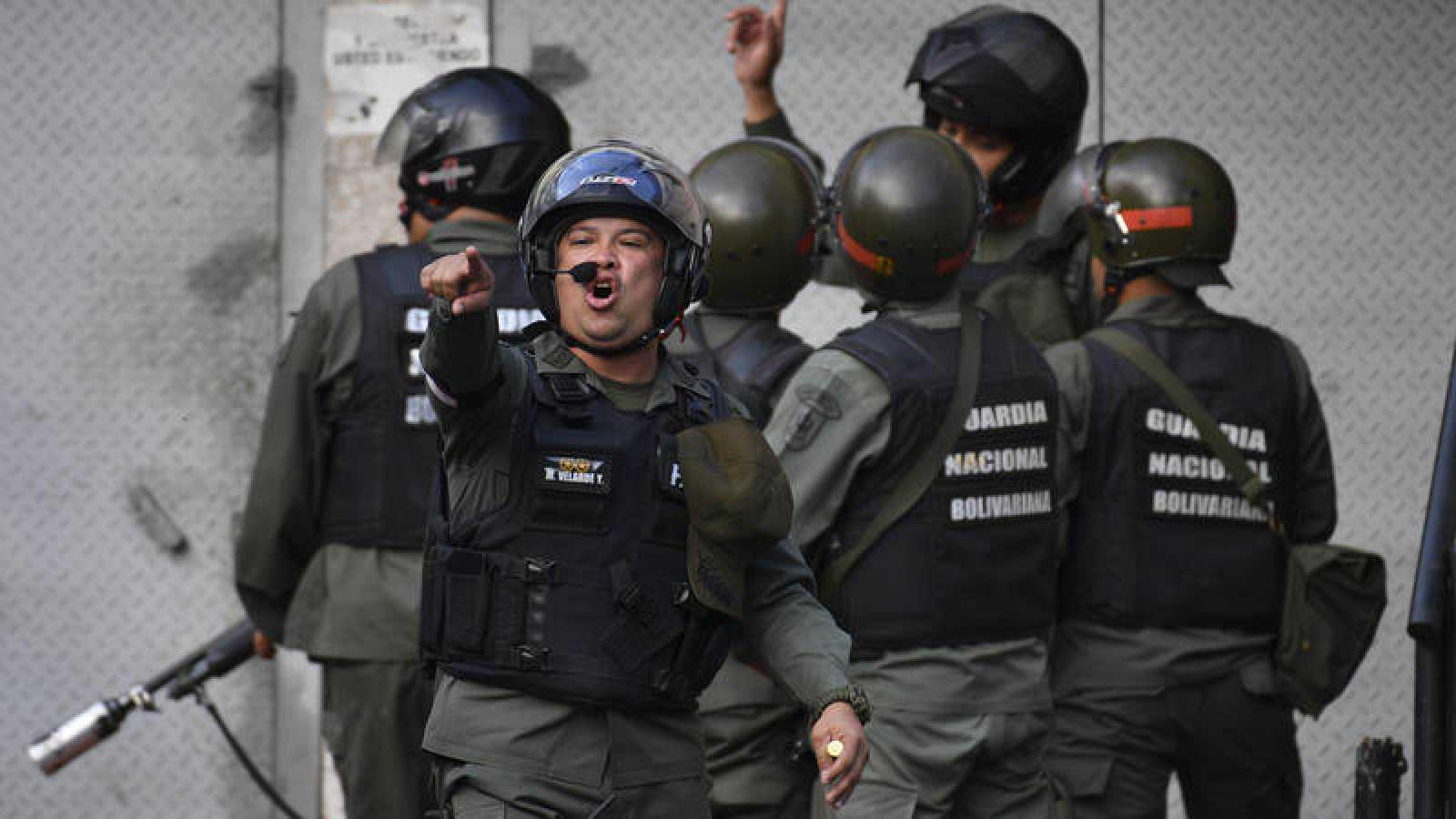 Miembros de la Guardia Nacional Bolivariana se enfrentan a los manifestantes cerca de la base del grupo militar sublevado