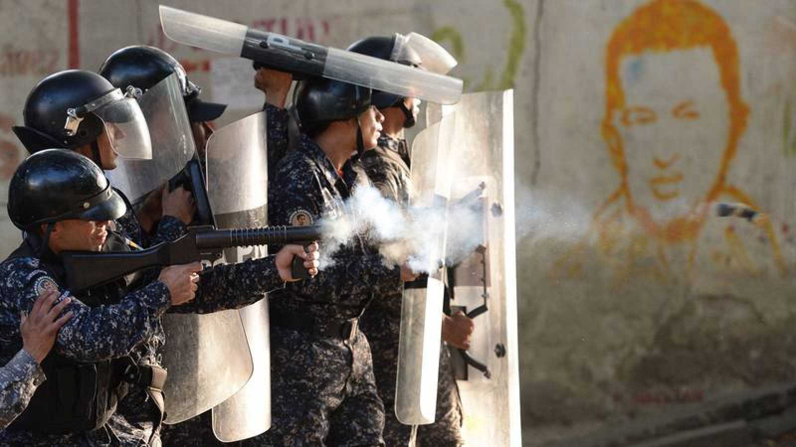 Policías antidisturbios venezolanos se enfrentan a minfestantes antichavistas en Caracas