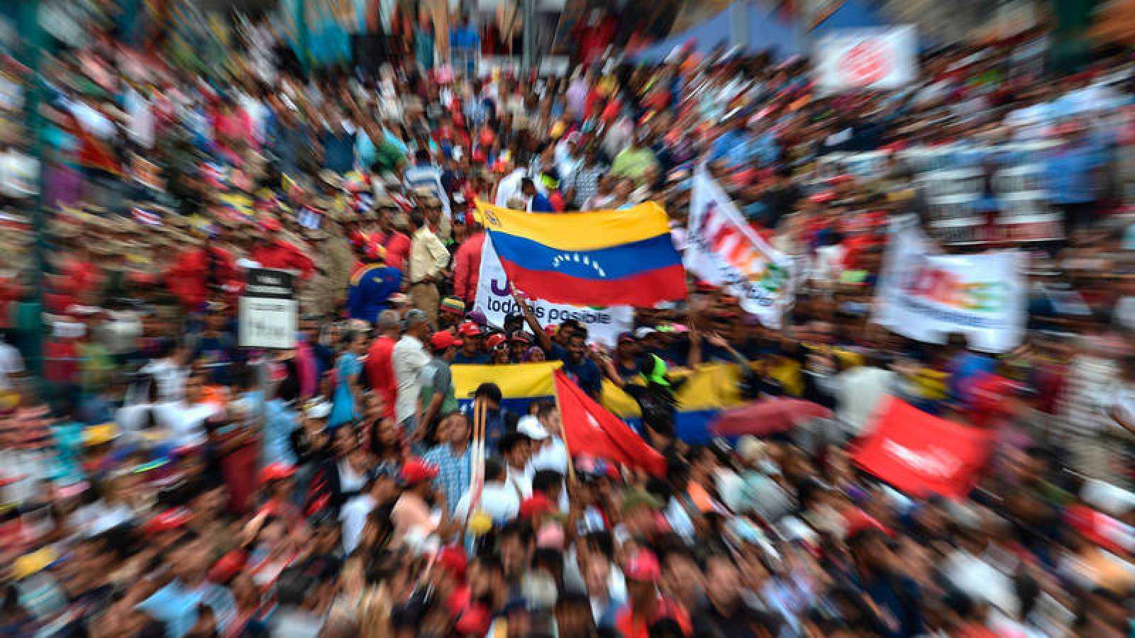 Partidarios del gobierno del presidente Nicolás Maduro participan en una marcha en respuesta a las protestas de los partidarios de la oposición