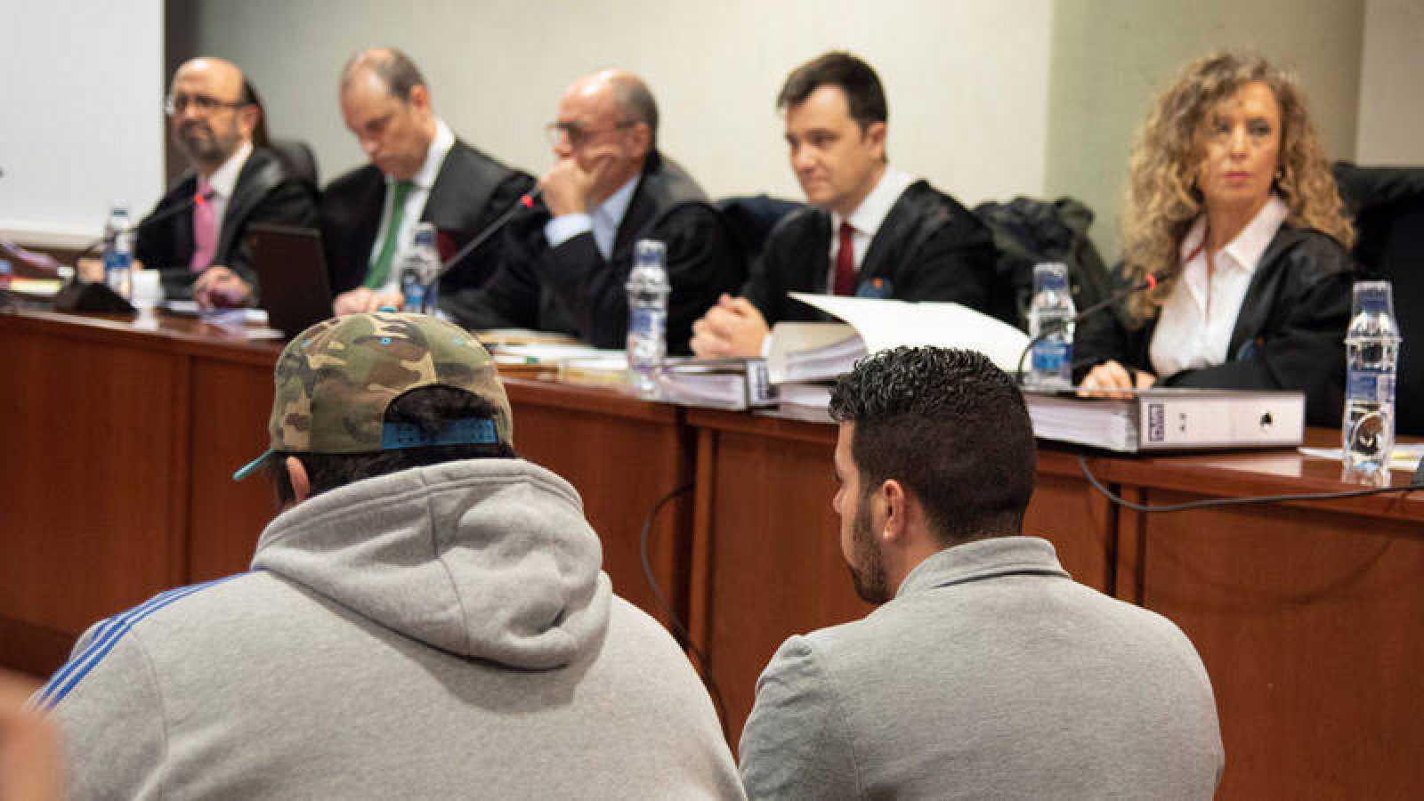 El acusado, Ismael Rodríguez (d) durante el juicio por el doble asesinato de dos agentes rurales en Lleida.