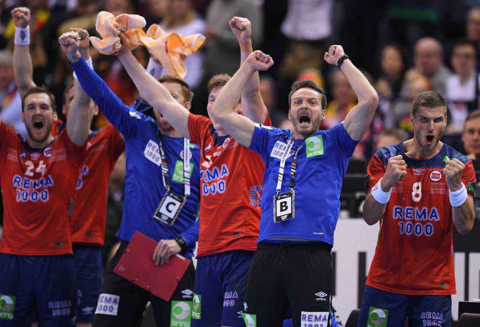 El banquillo noruego celebra uno de sus goles frente a Alemania en las semifinales de Hamburgo.