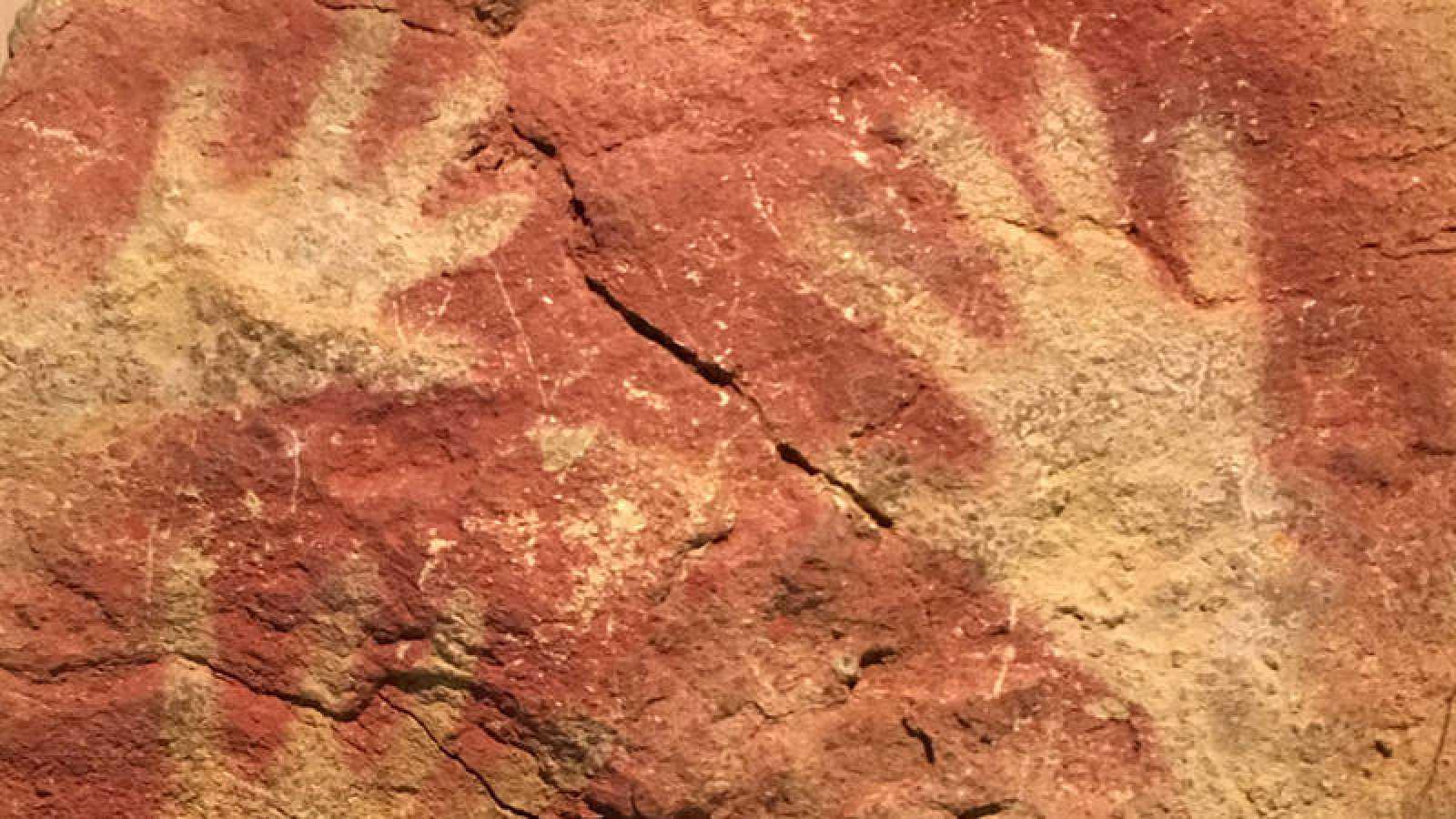 Manos grabadas en la cueva de Altamira