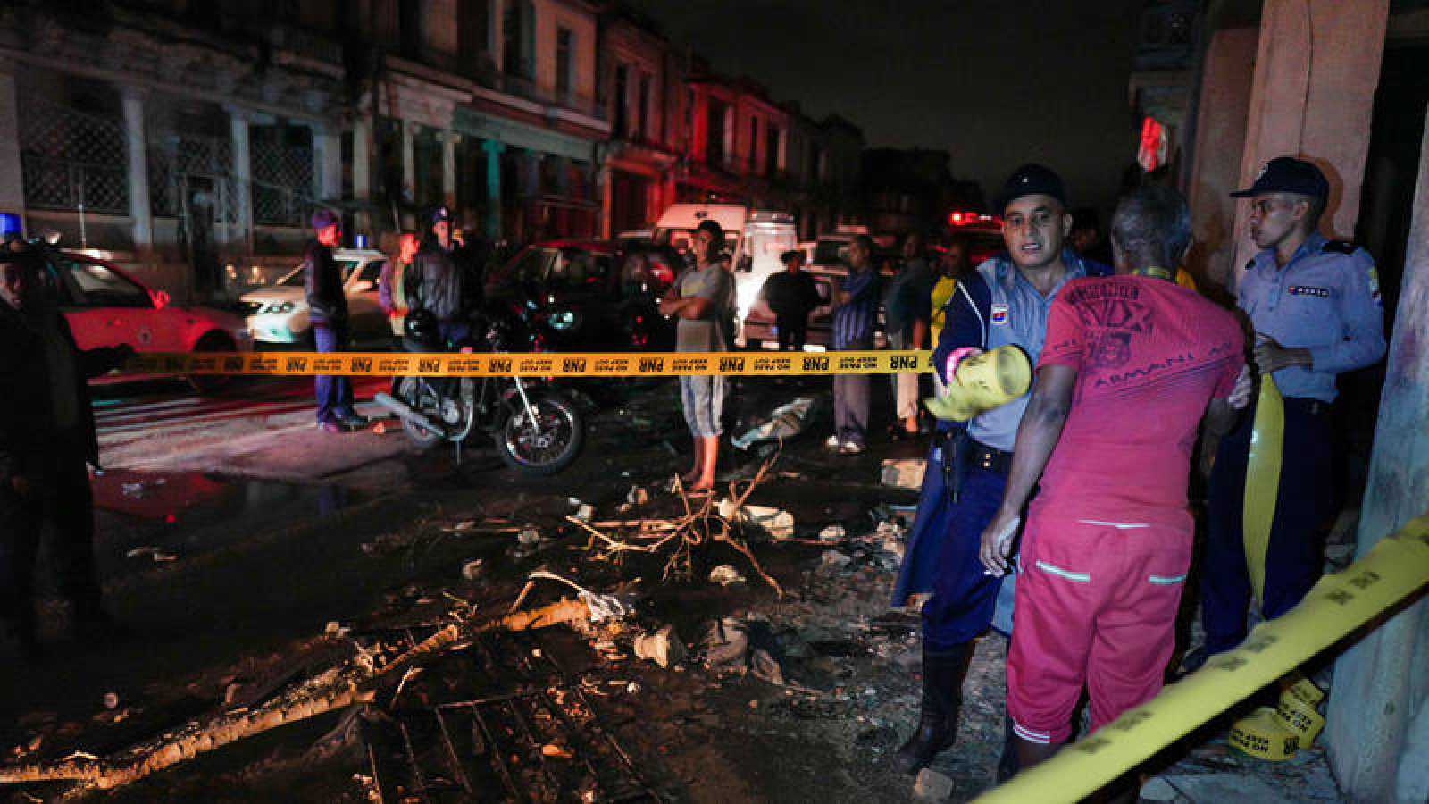 La policía cubana acorrala una calle en el vecindario de Luyano en La Habana, azotado por un tornado, el 28 de enero de 2019