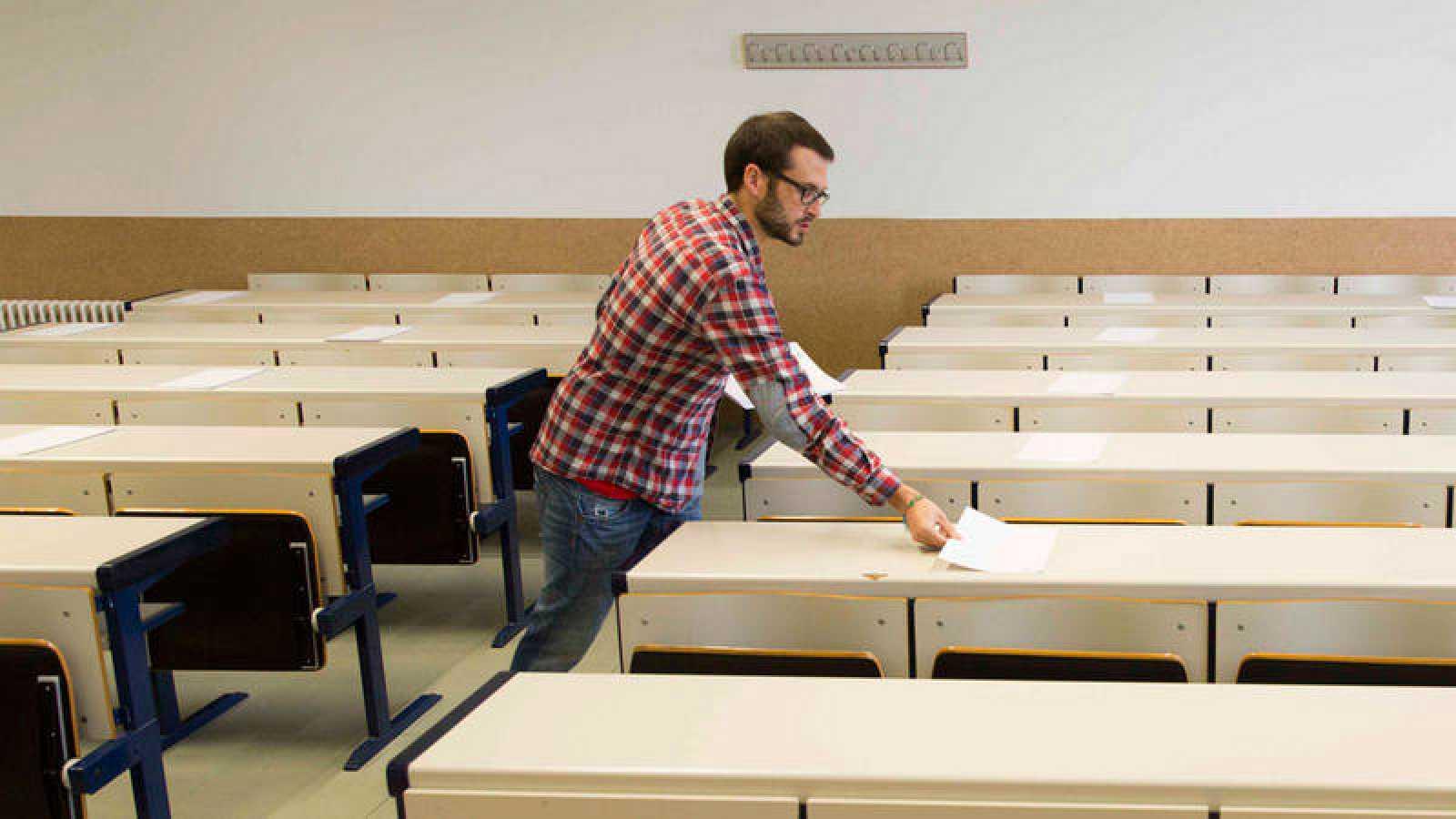 Un profesor distribuye el material para las pruebas de la Evaluación de Bachillerato para el Acceso a la Universidad (EBAU) en una imagen de archivo