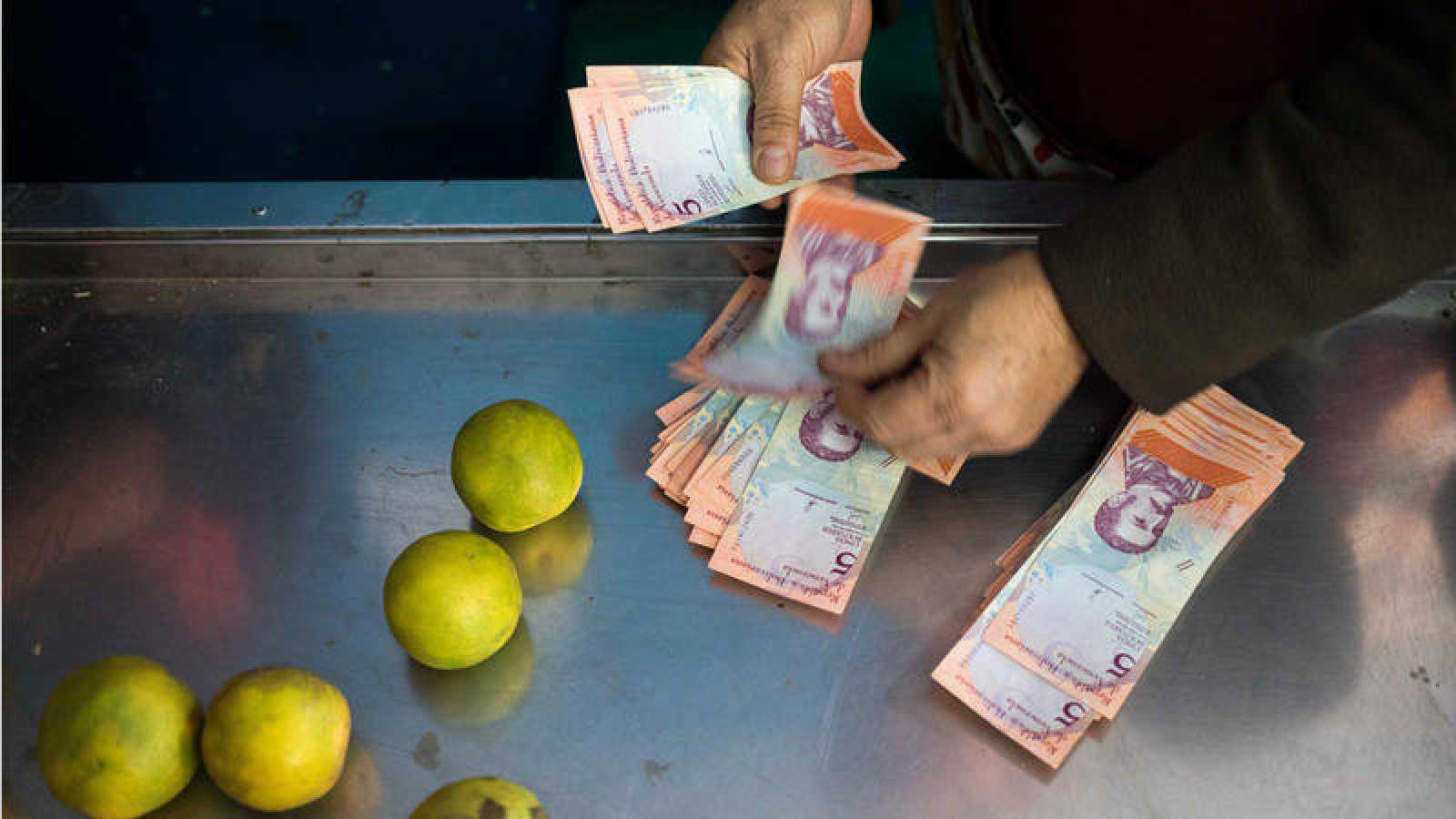 Una mujer comprando en una tienda de Venezuela