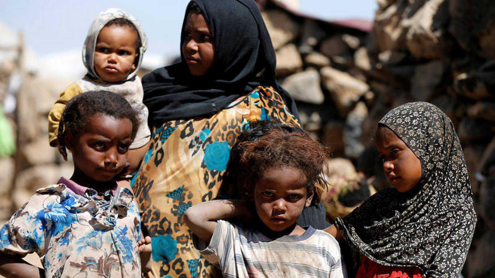 Una familia de desplazados internos por el conflicto en Yemen, en un campamento de la capital, Saná. REUTERS/Khaled Abdullah