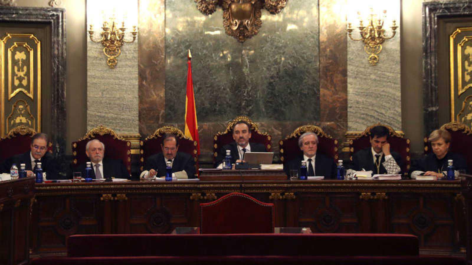 De izquierda a derecha: Andrés Palomo, Luciano Varela, Andrés Martínez Arrieta, el presidente de la Sala Segunda, Manuel Marchena, Juan Ramón Berdugo, Antonio del Moral y Ana Ferrer