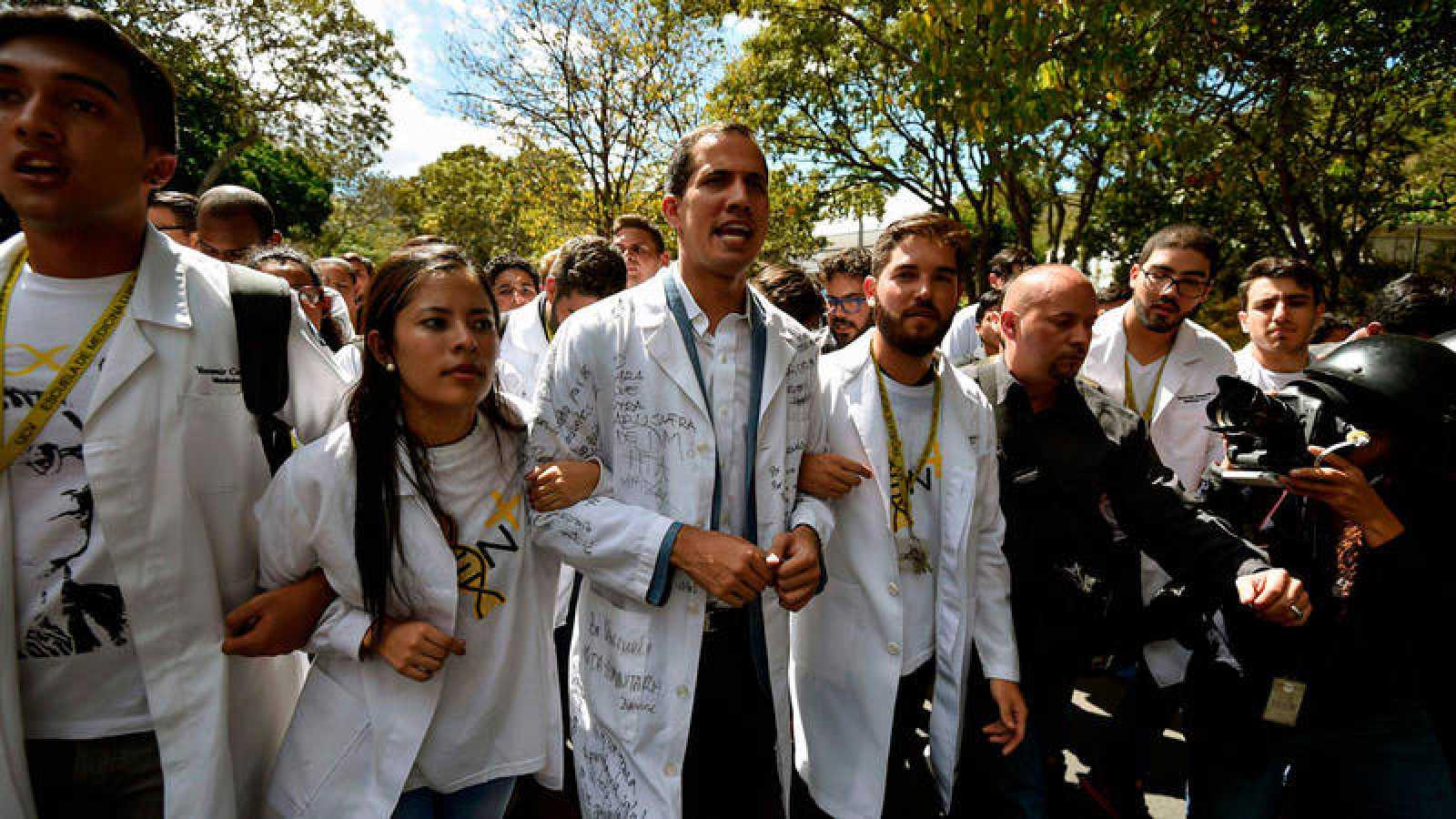 Juan Guaidó corea consignas contra el gobierno de Maduro en una manifestación de estudiantes de la Universidad Central de Caracas.