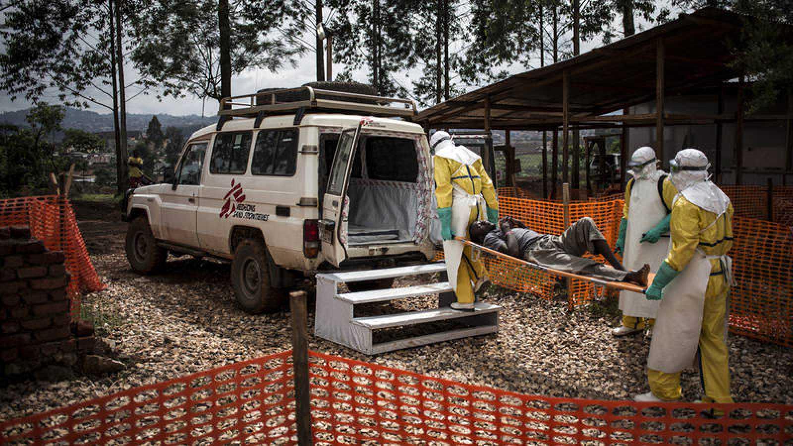 Traslado de un enfermo de ébola curado al centro de MSF en Butembo