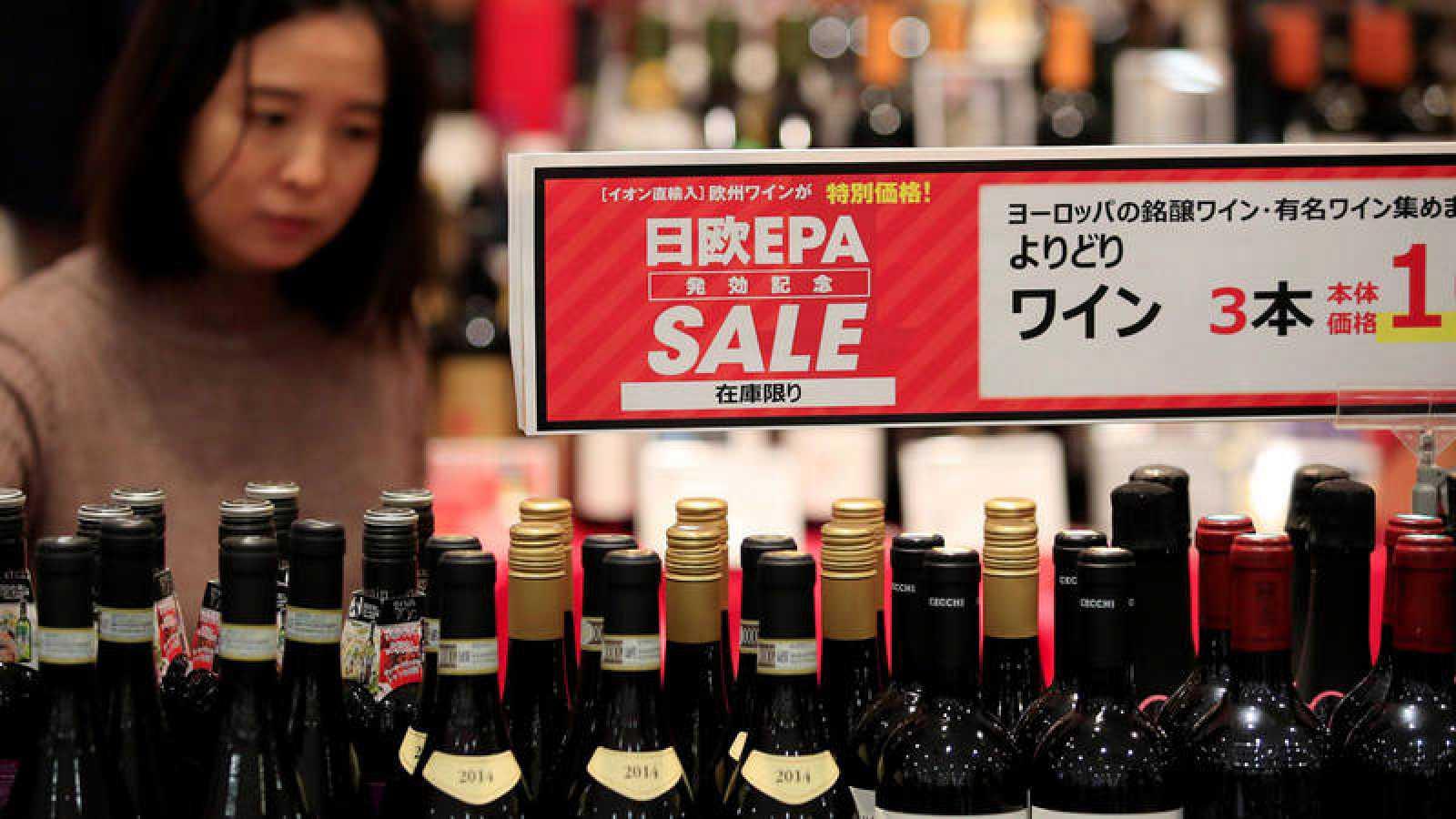 Un cartel anuncia este viernes precios más bajos en vinos importados en un gran supermercado en Chiba, cerca de Tokio (Japón).